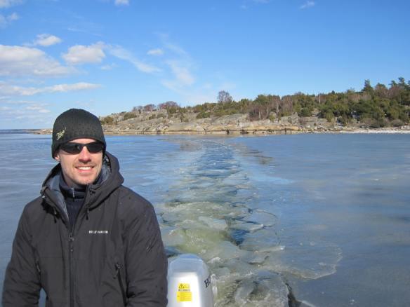 Kalle plöjer en ränna i isen