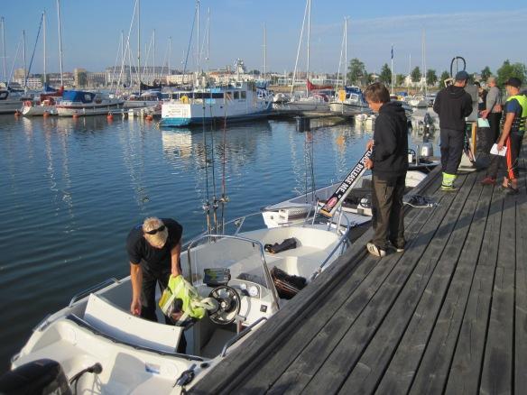 Mätbrädan lämnas i båten